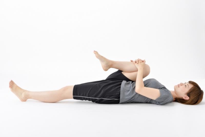 腸腰筋をストレッチする女性