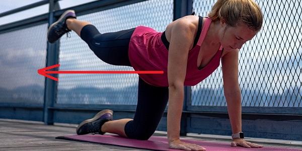 四つん這い姿勢で脚を伸ばす